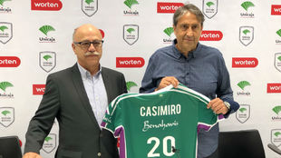 Luis Casimiro posa junto al presidente del Unicaja Baloncesto, Eduardo...
