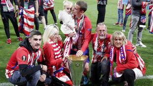 Griezmann, con Erika, su hija Mia, sus padres y su hermano Theo tras...