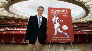 Gárate, posando en el Wanda Metropolitano con una copia de los nuevos...