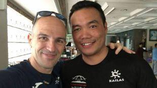 El alpinista con Dawa, un viejo amigo sherpa, que desde hace unos...
