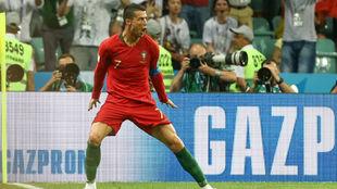 Cristiano celebra uno de sus goles del Portugal-España