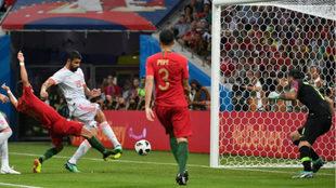 Diego Costa marca el segundo gol de España.