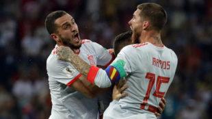 Koke y Ramos celebran el gol de Nacho.