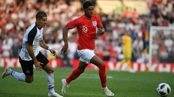 Rashford conduce el balón en el último amistoso de Inglaterra.