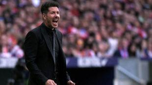 Simeone da instrucciones a sus jugadores en un partido del Atlético.