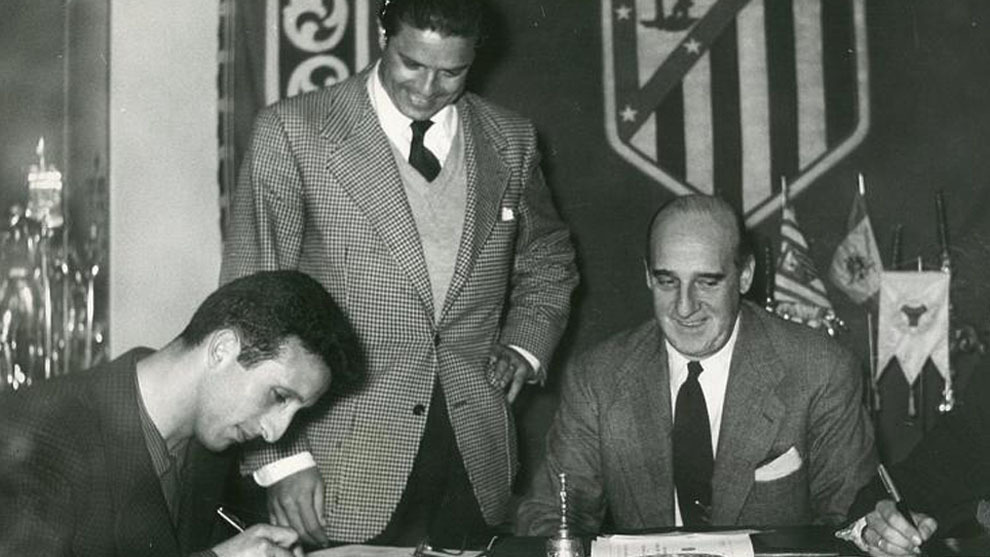 Alvarito, firmando su contrato con el Atlético en 1957