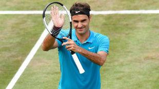 Federer aplaude a la grada