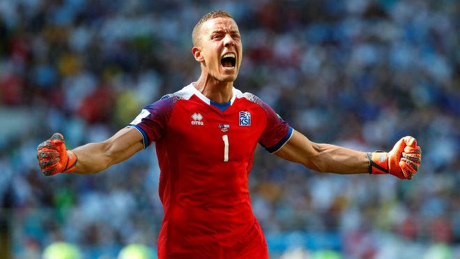 El meta islandés Halldorsson celebra el gol de su selección.