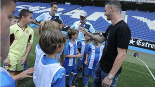Álvaro Vázquez, presente en el RCE Stadium junto a los más...