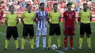 Los capitanes Moyano e Íñigo Pérez junto al árbitro Prieto...