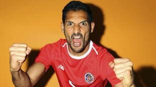 Celso Borges posa antes del debut de Costa Rica con la camiseta de su...