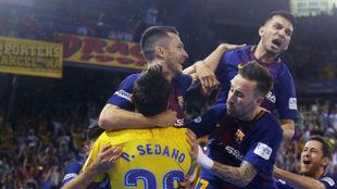 Los jugadores del Barcelona Lassa se abrazan tras lograr el triunfo.