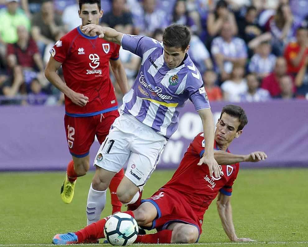 Hervías es derribado por Íñigo Pérez en un lance del partido de...