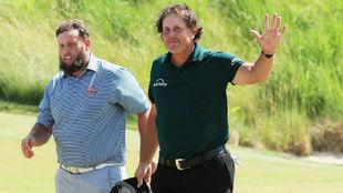 Phil Mickelson y Andrew 'Beef' Johnston al terminar su...