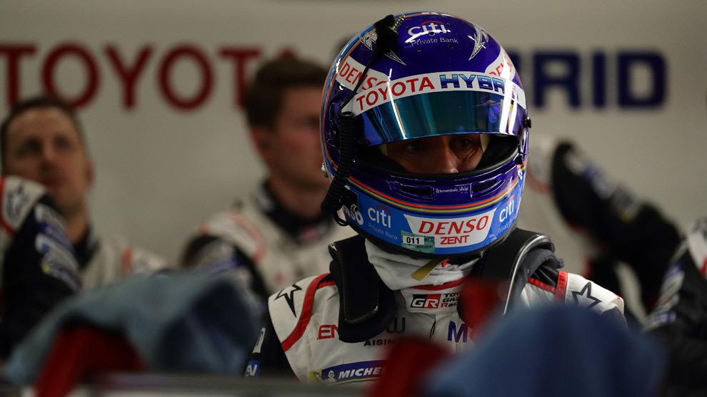 Fernando Alonso, en el box de Toyota