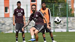 Miguel Layún, Hirving Lozano y Jesús Corona, en el entrenamiento de...