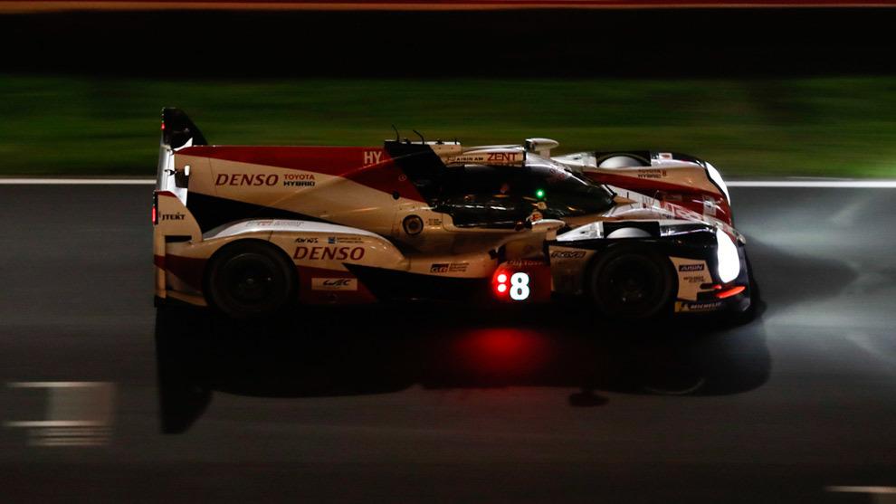 El Toyota 8, durante la noche