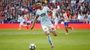 Sergi Gómez conduce el balón en un encuentro con el Celta.