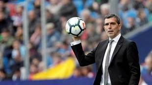 Muñiz, con el balón en la mano durante un partido.