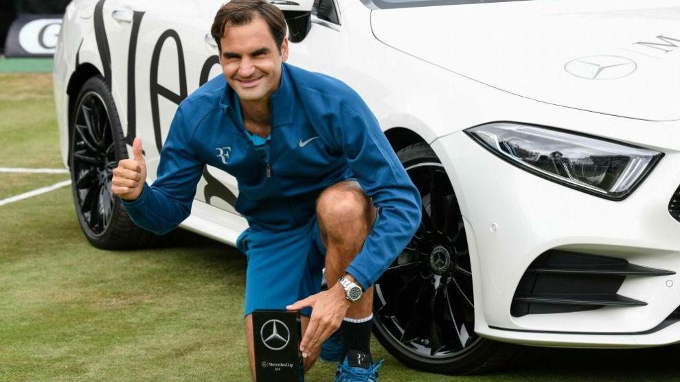 Federer, posa con el trofeo de campeón