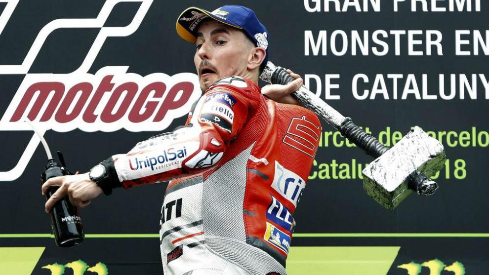 Lorenzo, en el podio, luciendo el martillo que simboliza su estilo de...