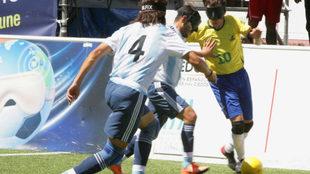 Dos jugadores argentinos tratan de parar a Ricardinho en la final