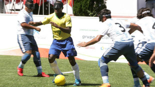 La selección argentina trata de parar a Jefinho.