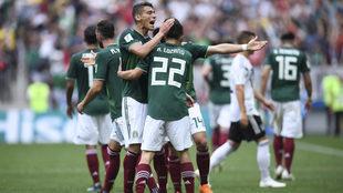 La selección celebra el gol de Lozano.