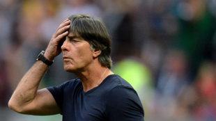 Joachim Löw se lleva las manos a la cabeza durante el partido frente...