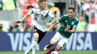 Tony Kroos y Andrés Guardado en el partido de la fase de grupos del...