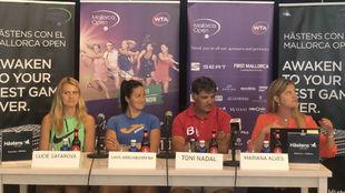 Safarova, Arruabarrena y Toni Nadal, durante el sorteo