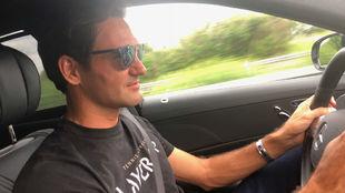 Federer, conduciendo su nuevo Mercedes