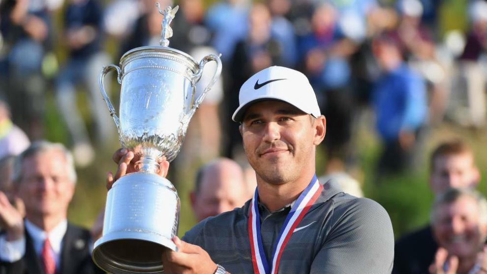 Koepka posa con el trofeo de ganador del US Open 2018.