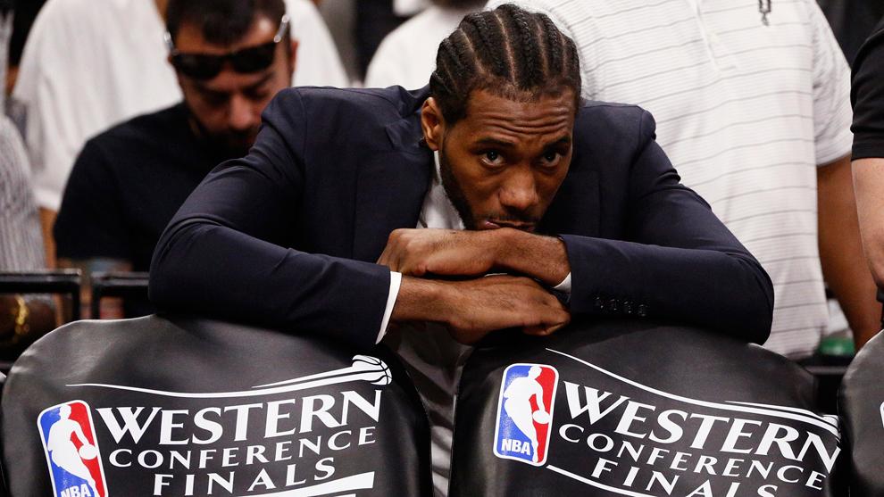 Kawhi Leonard viendo las Finales del Oeste del 2017 desde el banquillo