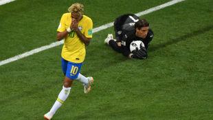 Sommer atajando un balón con Neymar lamentándose a su lado