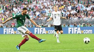 Miguel Layún dispara a portería en el Alemania-México.