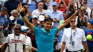 Roger Federer celebra el triunfo en el torneo de Stuttgart