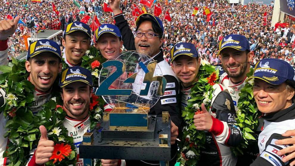 Fernando Alonso, junto a su equipo en el podio de Le Mans