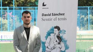El autor, David Sánchez, junto a la portada del libro.