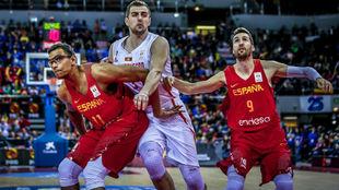 Sebas Sáiz y Sergi Vidal tratan de cerrar el rebote ante Montenegro