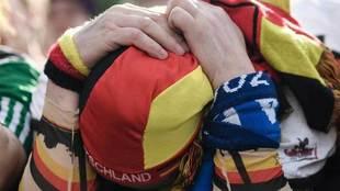 Un aficionado alemán se lamenta por la derrota de la selección.