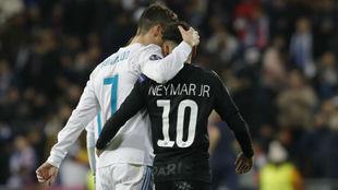 Neymar y Cristiano se saludan tras el Madrid-PSG de Champions de esta...