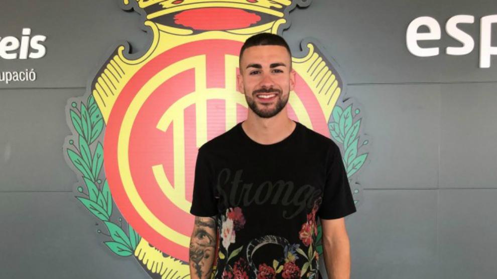 Dani Rodríguez posa con el escudo de su nuevo club.