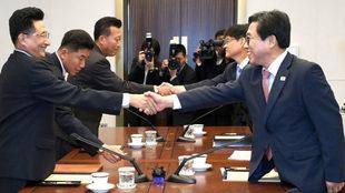 Representantes de las dos Coreas, durante la reunión