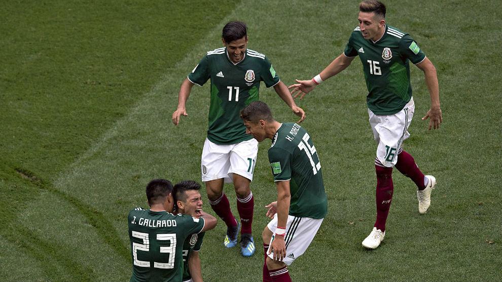 Los jugadores del Tri se abrazan tras el gol de Hirving Lozano