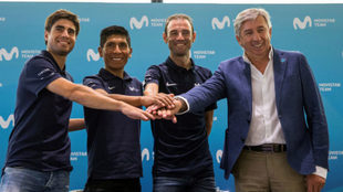Mikel Landa, Nairo Quintana, Alejandro Valverde y Eusebio Unzué posan...