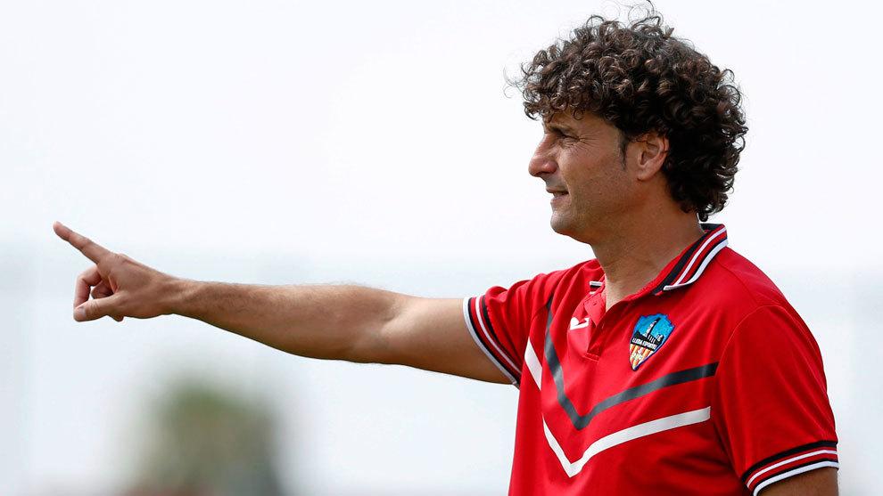 Imanol Idiakez, durante un partido en el banquillo del Lleida en 2016,...