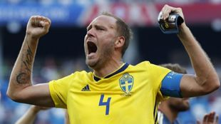 Granqvist celebrando el tanto de Suecia