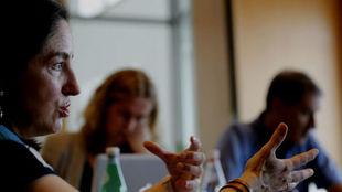 La cocinera Elena Arzak, (i) durante el encuentro informativo con...