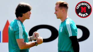 Löw habla con Ter Stegen durante un entrenamiento
